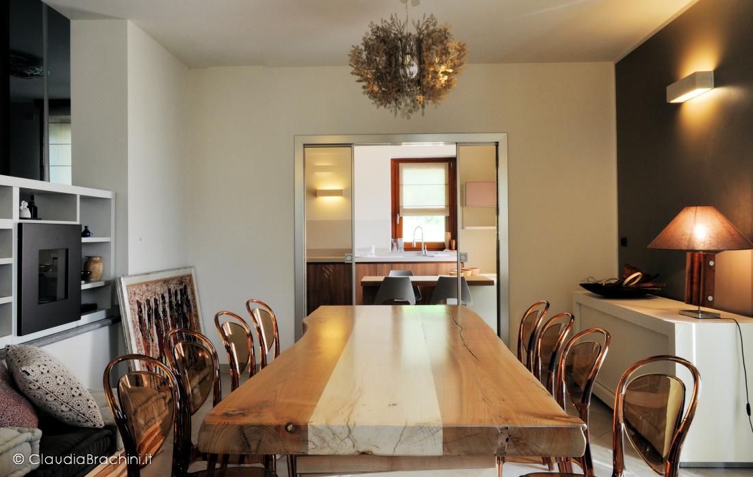 soggiorno tavolo in legno, parete tortora scuro