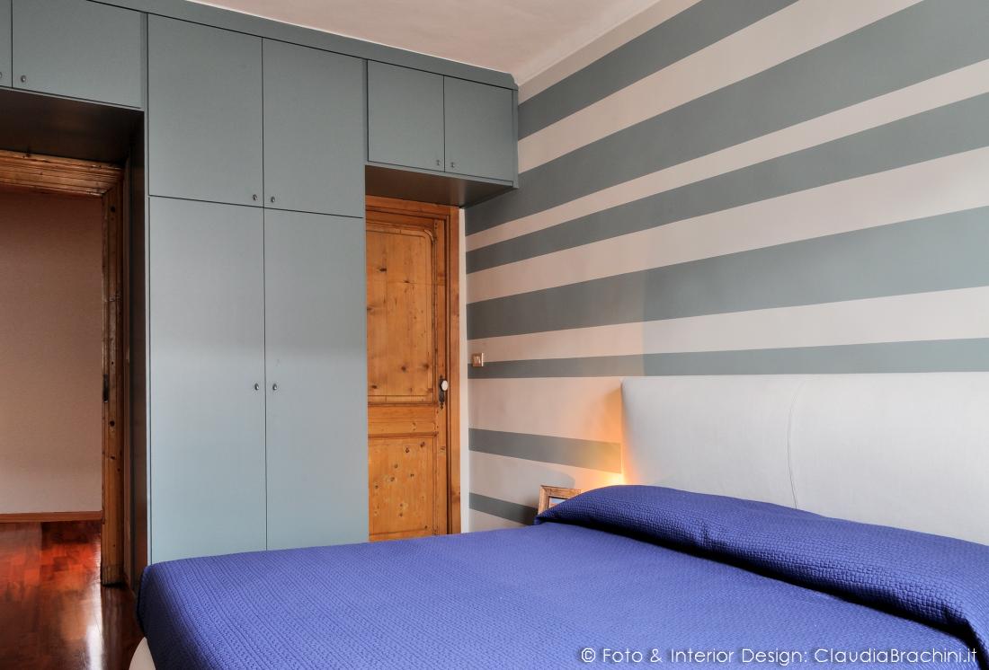 camera con parete a strisce blu