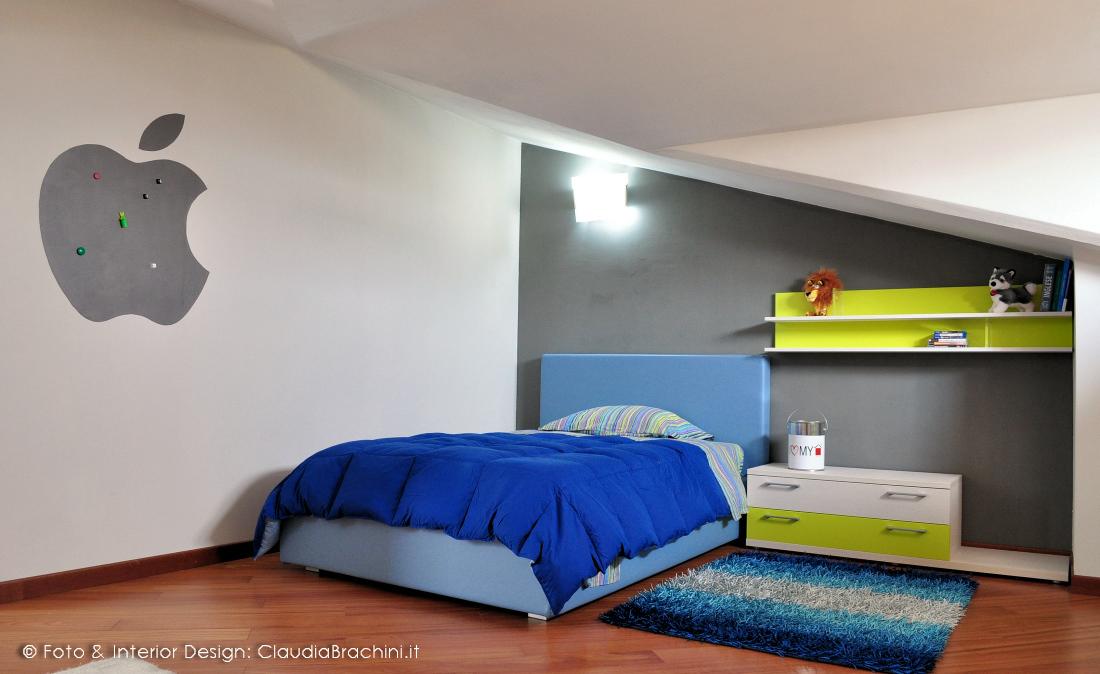 cameretta in mansarda con parete grafite e vernice lavagna